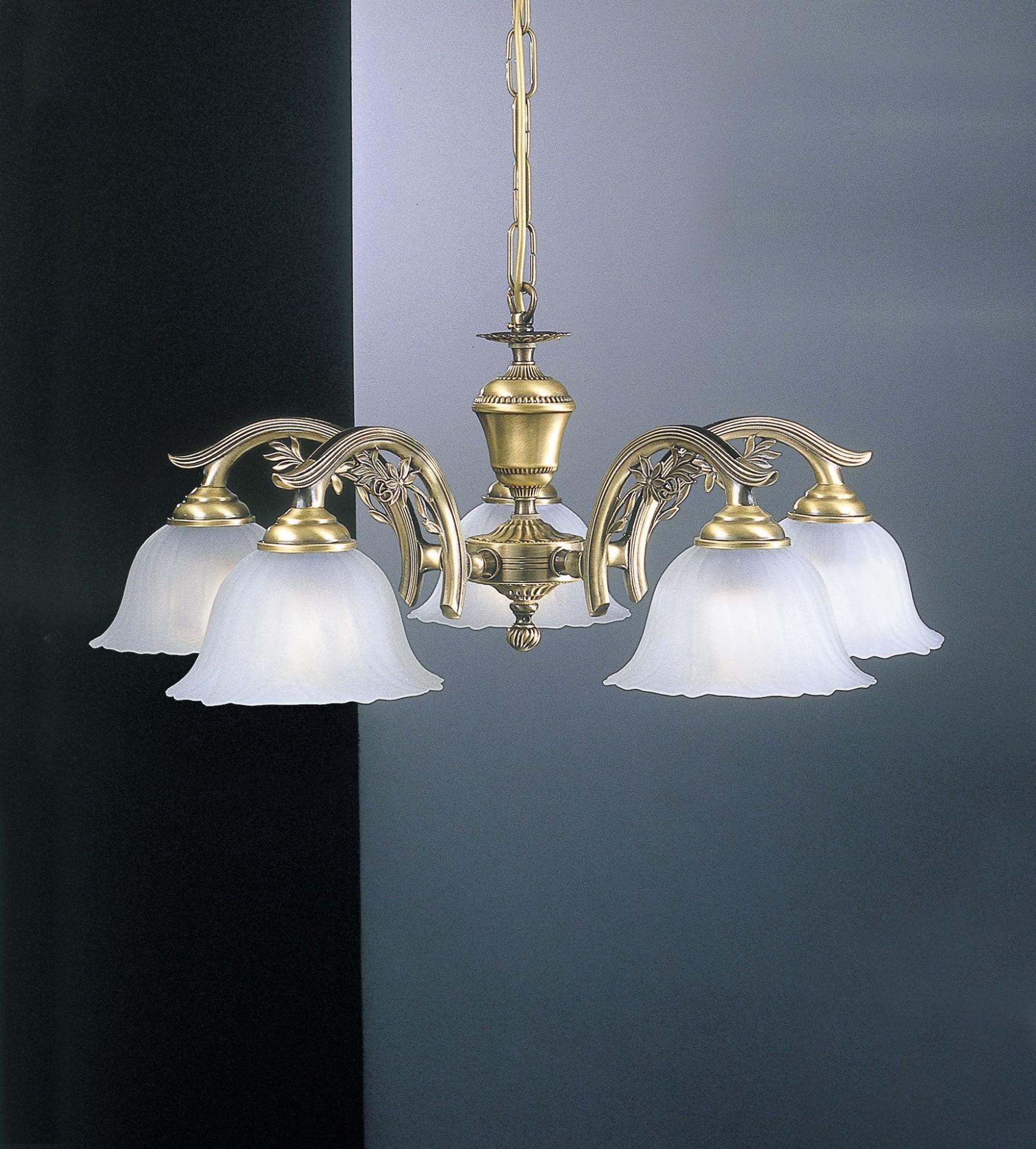 Lampadario classico in ottone a 5 luci in vetro satinato for Lampadario classico