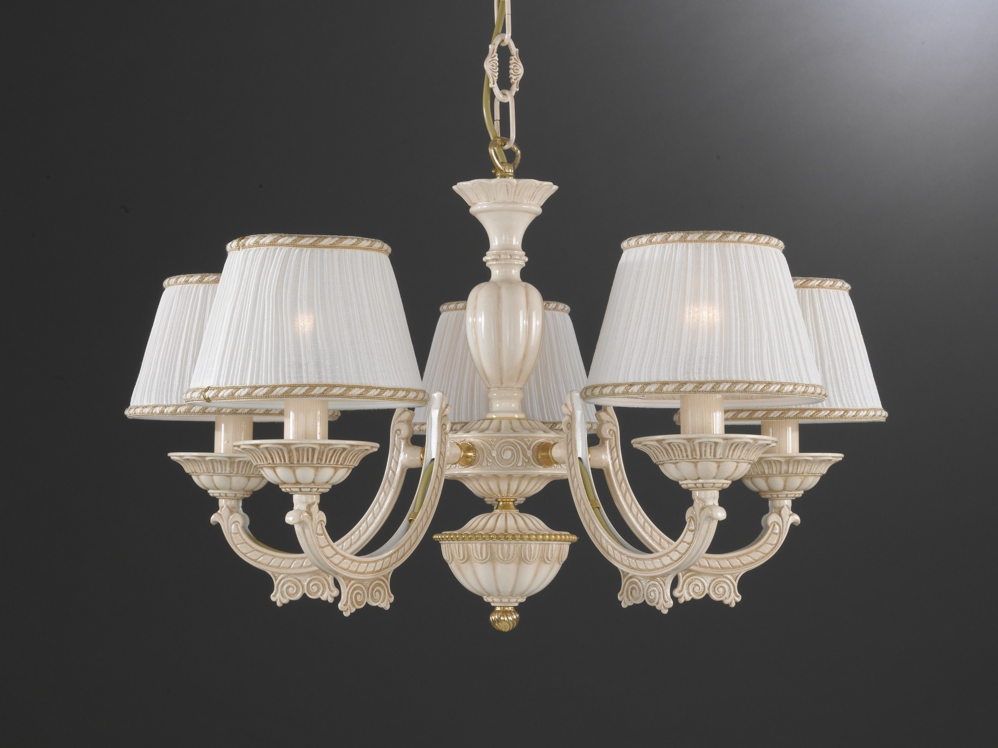 Lampadario in ottone bianco antico con paralumi a 5 luci for Immagini lampadari