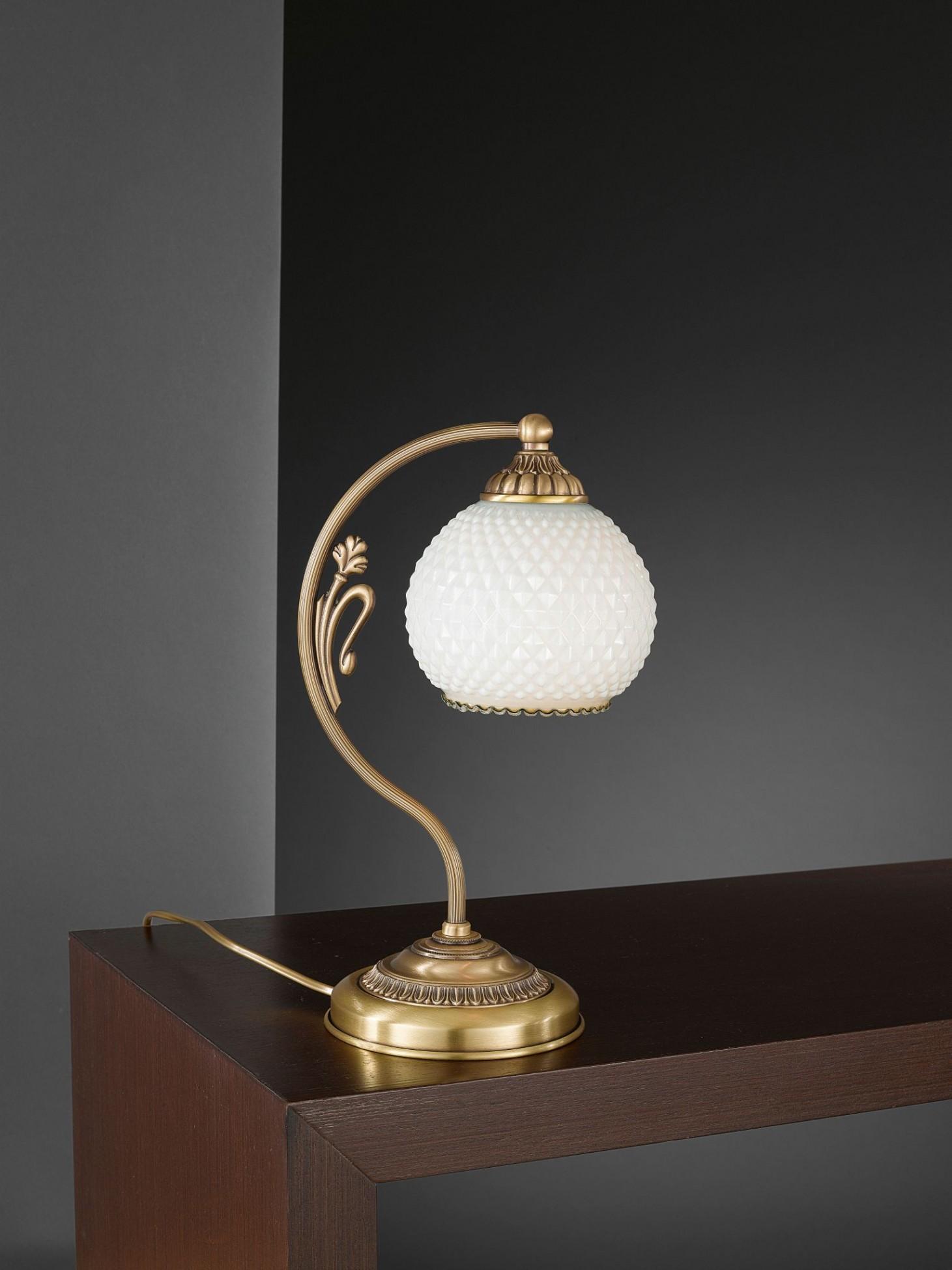 Lampada da comodino in ottone con vetro soffiato bianco for Lampada comodino