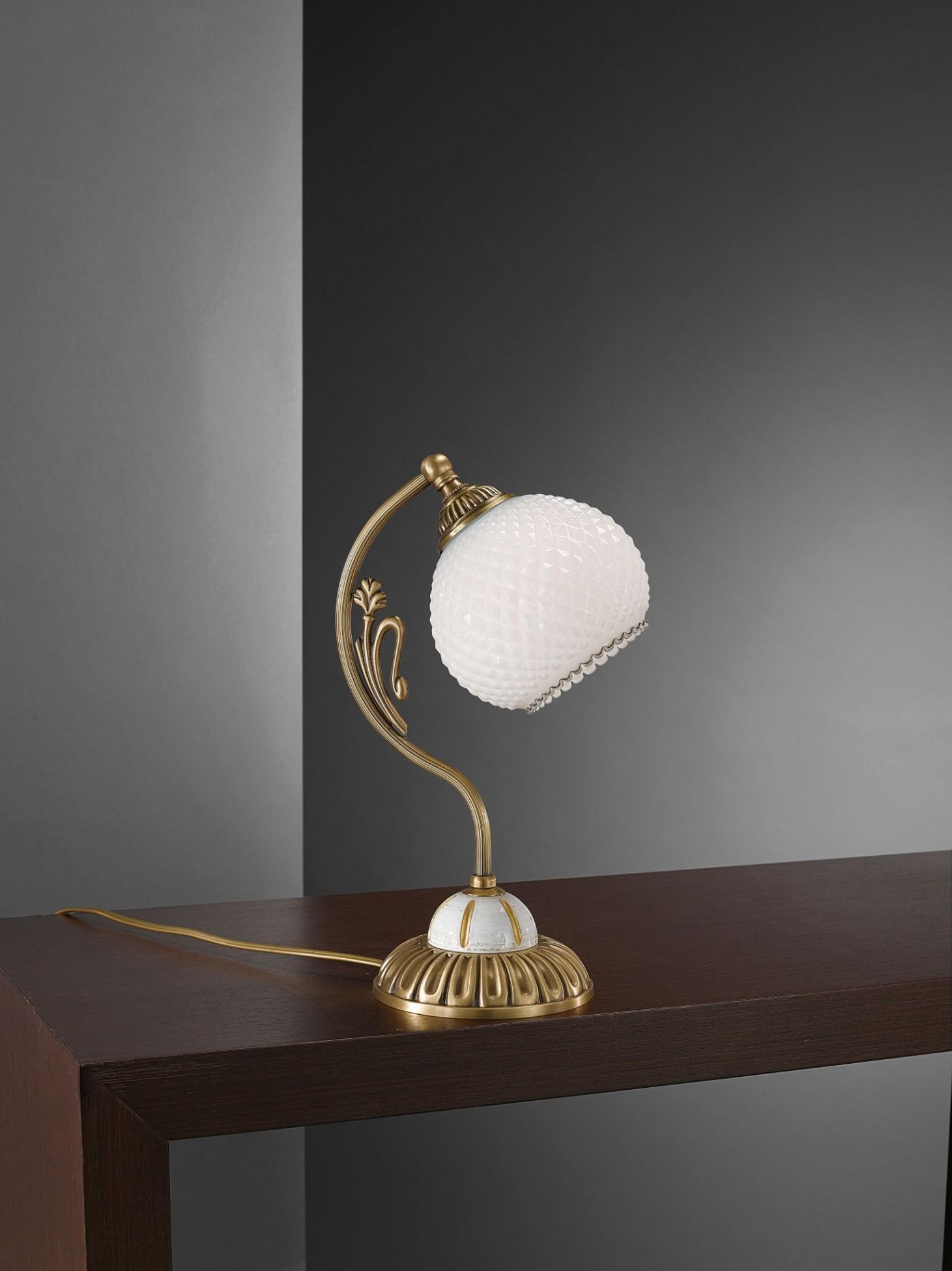 Lampada da comodino in ottone e legno con vetro bianco for Lampada comodino